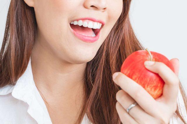 """แอปเปิ้ลเขียว  ให้พลังงานราว 59 แคลอรี แอปเปิ้ลแดง 1 ให้พลังงานราว 64 แคลอรี กินแอปเปิ้ลวันละผล ประโยชน์ """"ราชาแห่งผลไม้ลดน้ำหนัก"""" ผลไม้ที่ดี Remove term: แอปเปิ้ล แอปเปิ้ลRemove term: แอปเปิ้ลเขียว แอปเปิ้ลเขียวRemove term: แอปเปิ้ลแดง แอปเปิ้ลแดงRemove term: แอปเปิ้ลทำให้อิ่มนานขึ้น แอปเปิ้ลทำให้อิ่มนานขึ้นRemove term: ประโยชน์ของแอปเปิ้ล ประโยชน์ของแอปเปิ้ลRemove term: แอปเปิ้ลสามารถลดอาการข้ออักเสบ แอปเปิ้ลสามารถลดอาการข้ออักเสบ beauty Blog"""